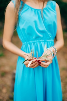Gałązka oliwna w kobiecych rękach ślubu panny młodej