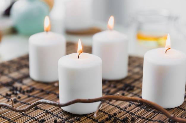 Gałązka w pobliżu płonących świec