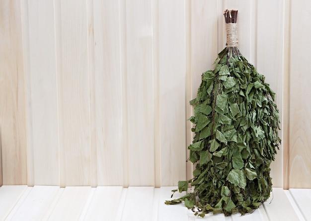 Gałązki brzozowe do rosyjskiej sauny. na drewnianej powierzchni.