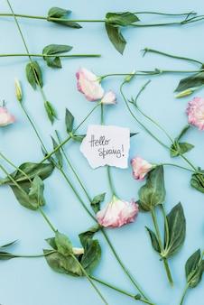 Gałązki i kwiaty wokół ślicznej notatki