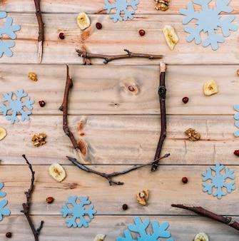 Gałązki między dekoracyjnymi płatkami śniegu