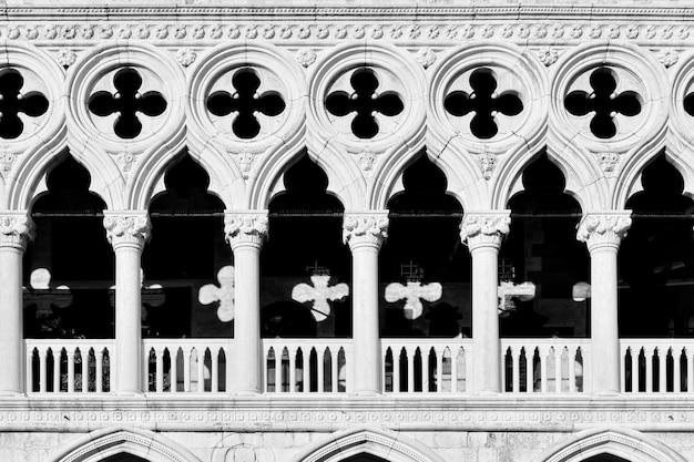 Galeria palazzo ducale (pałac dożów) w wenecji zbliżenie, włochy. fotografia czarno-biała