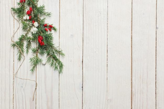 Gałęzie jałowca z jagodami berberysu i śnieżki na białym