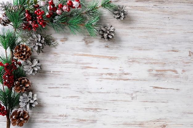 Gałęzie jodły i szyszki na białym stole. koncepcja nowego roku