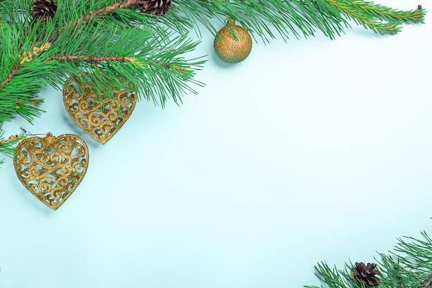 Gałęzie jodły i zabawki świąteczne. kartka świąteczna lub noworoczna