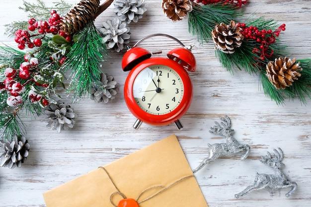 Gałęzie jodły i zegar na stole. święto nowego roku