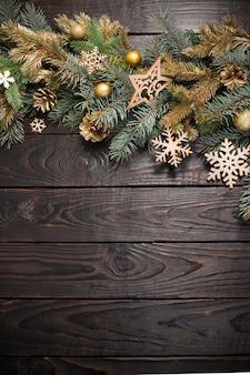 Gałęzie jodły z boże narodzenie wystrój na stare ciemne drewniane tła
