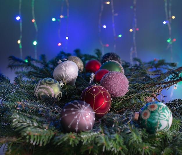 Gałęzie jodły zdobione na obchody bożego narodzenia lub nowego roku z bajki światła w tle.