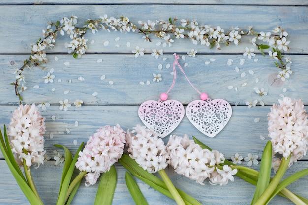 Gałęzie kwitnącej białej wiśni, dwa serca i hiacynty