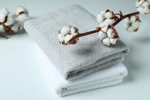Gałęzie roślin bawełny i ręczniki na białym tle