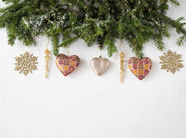 Gałęzie sosnowe, dekoracja (serca, gwiazdy)