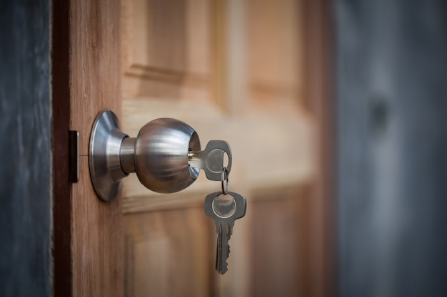 Gałka, klucz i drewniane drzwi