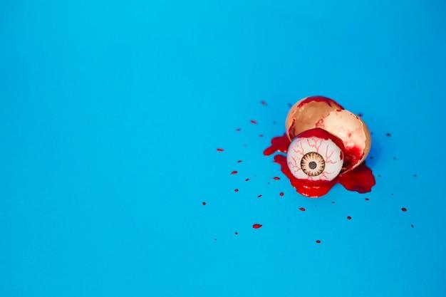 Gałka oczna w kałuży krwi