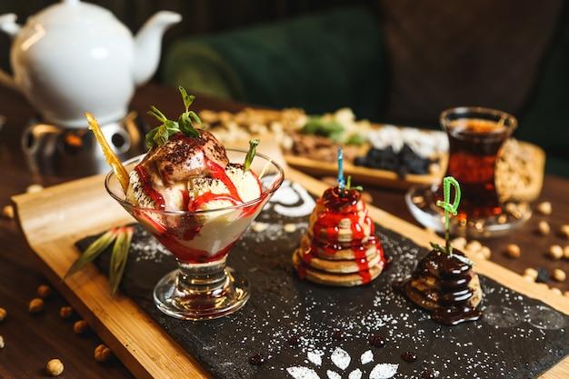 Gałki lodów cynamonowo-czekoladowe ciasteczka miętowe widok z boku
