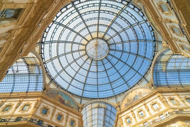 Galleria vittorio emanuele ii w centrum mediolanu we włoszech.