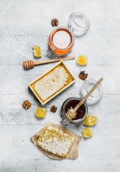 Gama rodzajów miodu naturalnego. na rustykalnym stole.