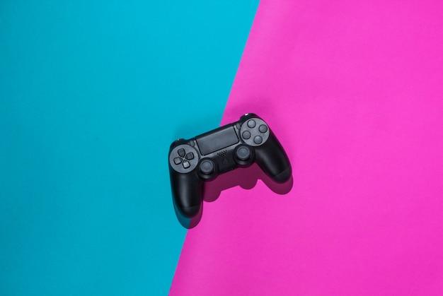 Gamepady na kolorowym papierze. widok z góry. minimalizm. twardy jasny odcień