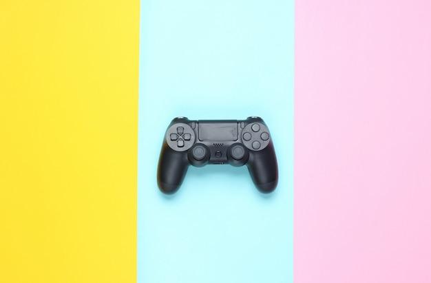 Gamepady na kolorowym papierze. widok z góry. minimalizm