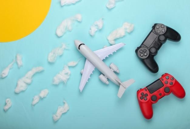 Gamepady, zabawkowy samolot na słonecznym niebie z chmurami.