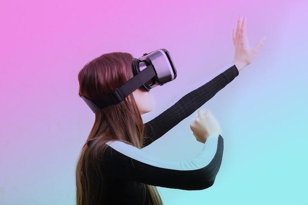 Gamer dziewczyna gra w gry wideo w okularach kask wirtualnej rzeczywistości