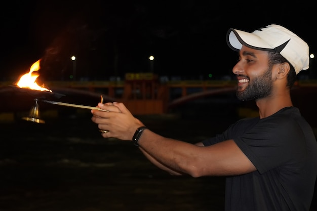 Ganga aarti varanasi - mężczyzna robiący ganga arti pooja
