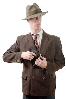 Gangster w klasycznym garniturze, z pistoletem