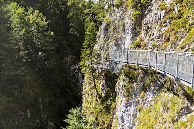 Gangway przez gardło krzyżuje zielone doliny na rzece