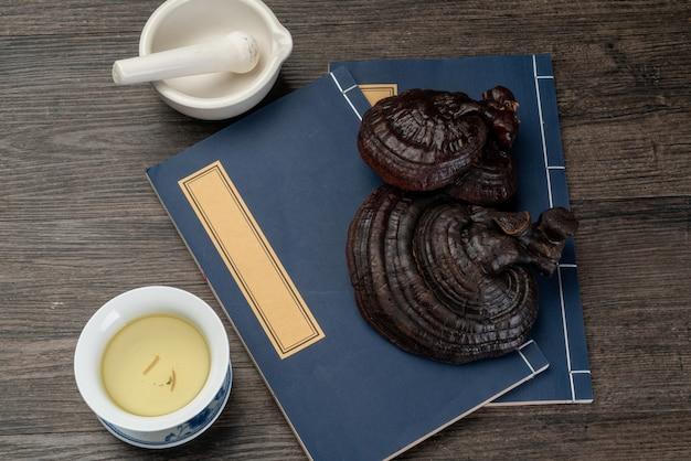 Ganoderma lucidum i tradycyjna medycyna chińska na stole