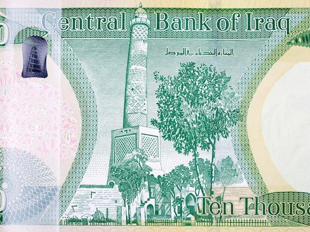 Garbata wieża meczetu wielkiego nurida w mosulu z irackich pieniędzy