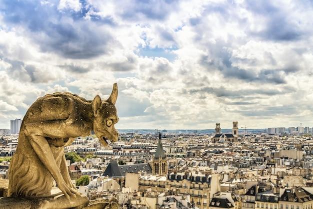 Gargulec na katedrze notre dame, paryż, francja