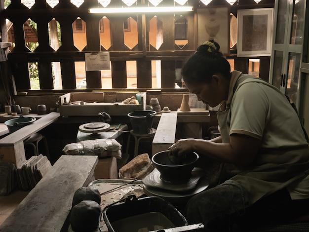 Garncarze pracujący w ceramice przemysłowej w tajlandii chiang rai