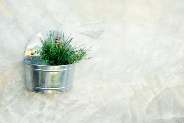Garnek cynk na betonowym tle