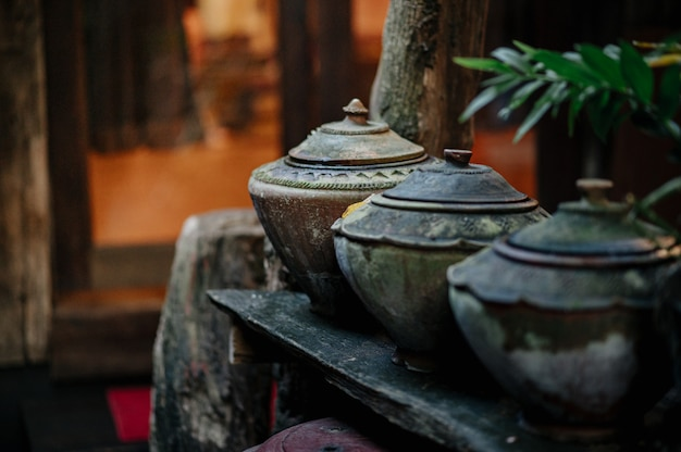 Garnek do przechowywania wody w stylu lanna, który jest powszechnie trzymany pod domem.
