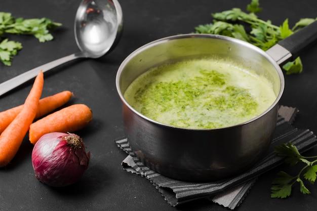 Garnek do zupy z marchewką i cebulą