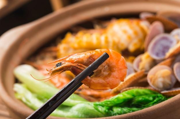 Garnek ryżu z owocami morza w stylu kantońskim