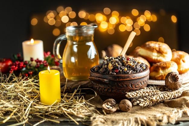 Garnek z kutią tradycyjnym posiłkiem w wigilię bożego narodzenia. słodki posiłek na jasnym tle. miejsce na tekst.