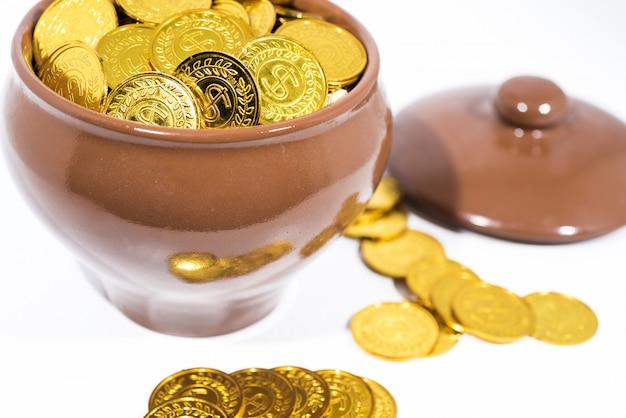 Garnek ze złotymi monetami