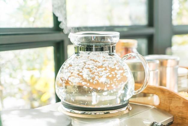 Garnka wody wrzenia do parzenia kawy lub herbaty