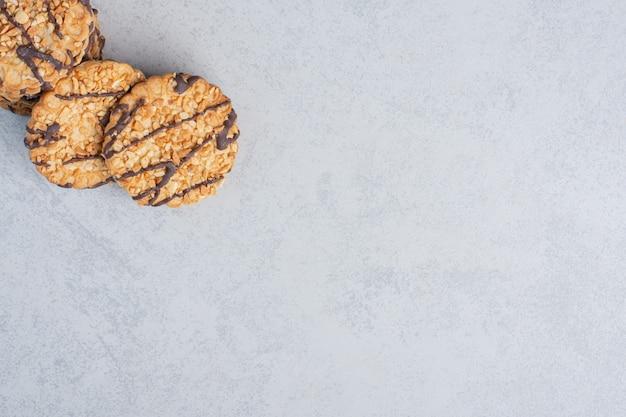 Garść ciastek spakowanych razem na marmurowej powierzchni