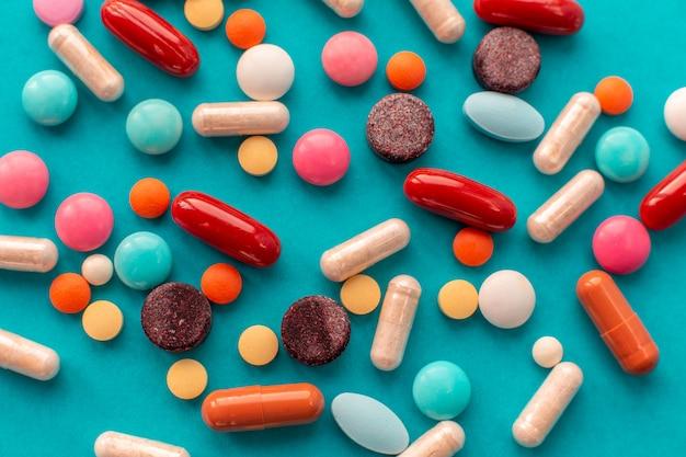 Garść kolorowych tabletek wysypała się z puszki