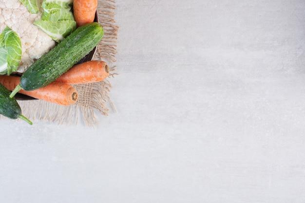 Garść surowych warzyw w klasycznej misce. wysokiej jakości zdjęcie