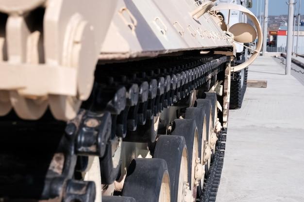 Gąsienica czołgu. wojskowy. stary sprzęt wojskowy zsrr i rosji.