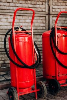Gaśnica przemysłowa, czerwone duże lufowe koła