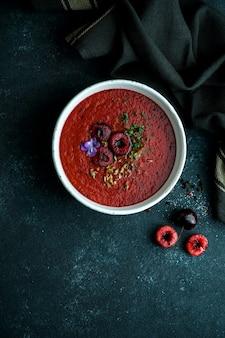 Gaspacho de cereza, zimna hiszpańska kremowa zupa wiśniowo-pomidorowa, letnia zupa