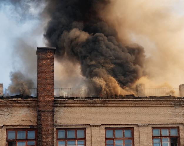 Gaszenie pożaru w starym trzykondygnacyjnym budynku