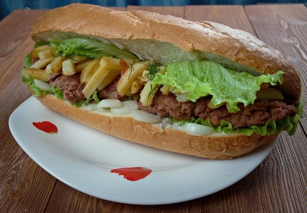 Gatsby - kanapka z rpa. różne odmiany gatsbysa to między innymi stek masala, kurczak, polon, kiełbasa wiedeńska, kalmary, ryby i grillowany stek.