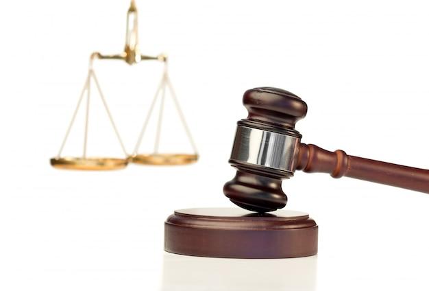 Gavel w akcji i skali sprawiedliwości