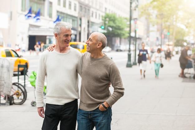 Gay couple walking w nowym jorku