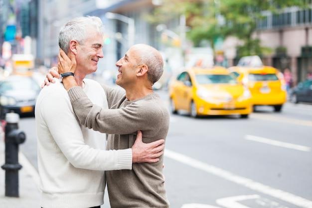 Gay couple with traffic w nowym jorku
