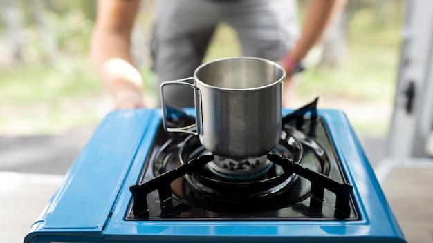 Gaz kempingowy, z metalowym kubkiem na kawę